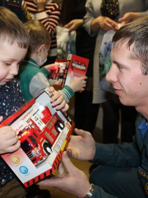 мчс дарит подарки детям